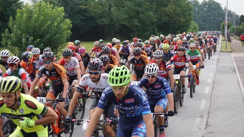 Il gruppo compatto poco dopo la partenza della Marathon Bike della Brianza