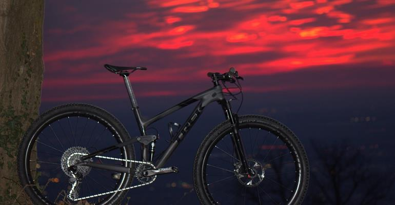 TEST TREK TOP FUEL 9.8 SL: NERO CARBONIO CAMALEONTICO