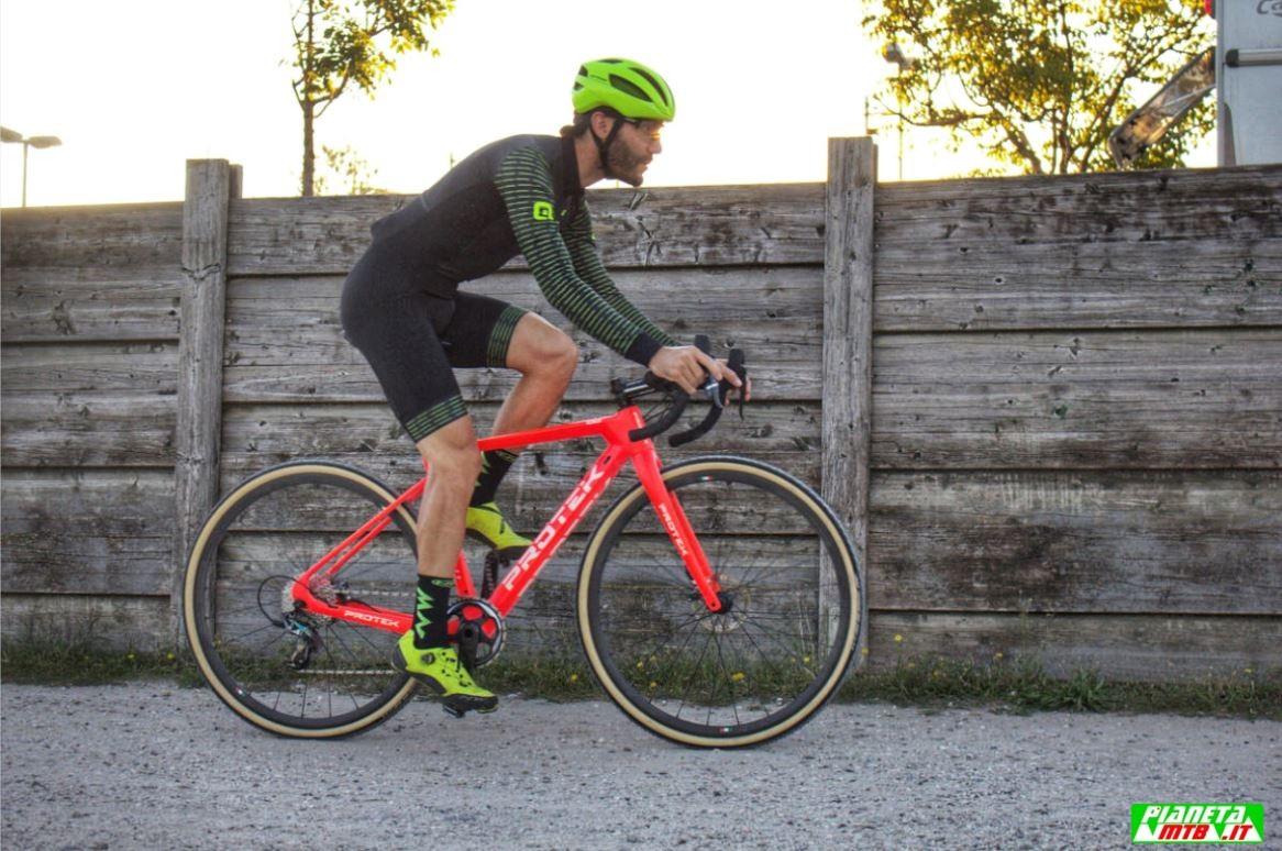 Cicli Protek CX Carbon elite primo piano spiaggia