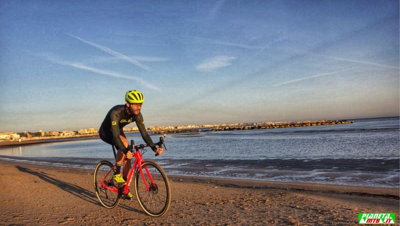 Cicli Protek CX Carbon elite primo piano sulla sabbia