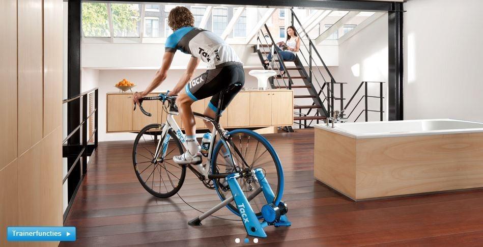 Ciclista che si allena sui rulli