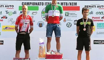 Il team Todesco con Daniel Tassetti festeggia l'italiano marathon