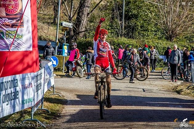 Renato Cortiana a braccia alzate vince la Misquil Bike