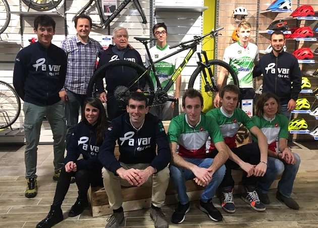 Pavan Free Bike in visita a Bicimania posa insieme alla Superior Team 29 Elite