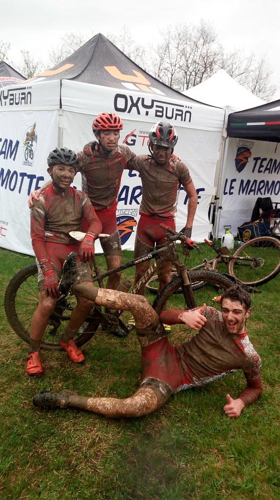 Romanò, Bassi, Uderzo e Fossati coperti di fango al termine della gara di Grassobbio