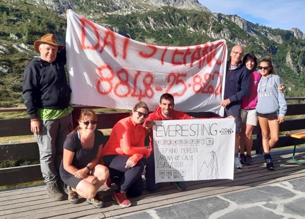Stefano Moretti festeggia al Rifuglio Calvi il suo Everesting