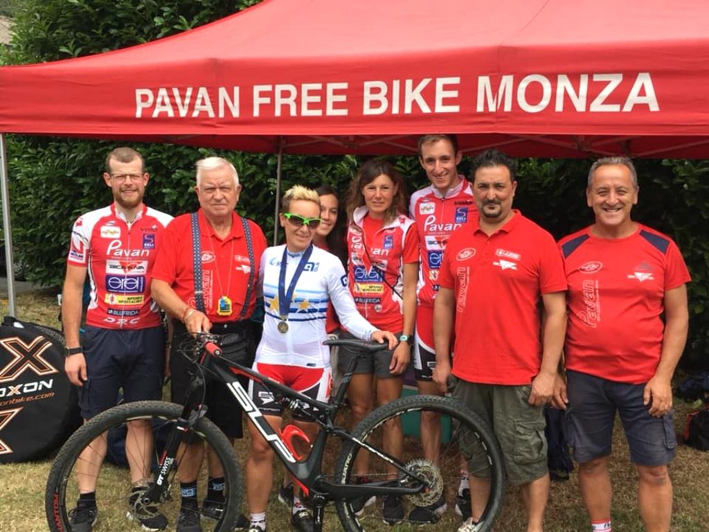 Karin Tosato, Campionessa Europea Master Woman 40, con il gruppo di Pavan Free Bike