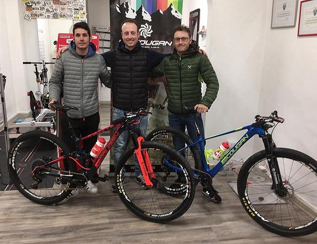 Daniele Mensi e Luca Ronchi insieme a Lorenzo di Noto durante la consegna delle mtb Lee Cougan 2018