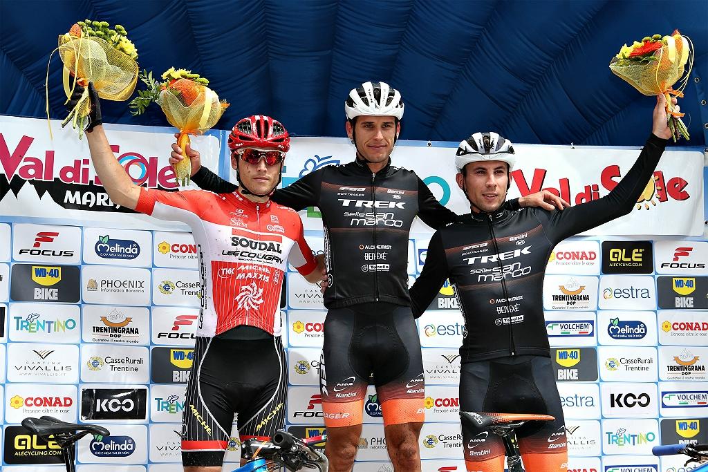 Luca Ronchi, secondo alla Val di Sole Marathon sul podio con il vincitore Michele Casagrande e Damiano Ferraro