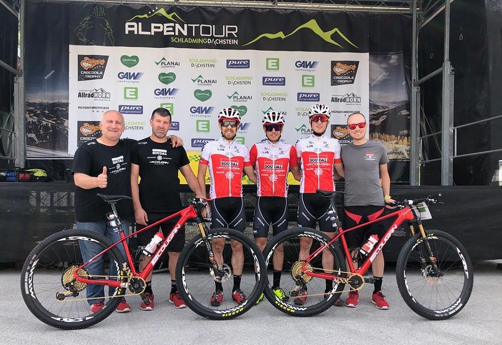 Il gruppo di SOUDAL-LEE COUGAN all'Alpentour Trophy