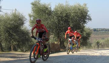 SOUDAL-LEE COUGAN Racing Team in parata tra le vigne del Brunello