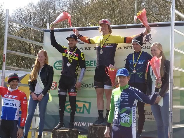 Il podio della Paasbike Nieuwkuijk con il belga Bart De Vocht e gli olandesi Michiel Van der Heiden e Milan Vader sui gradini più bassi
