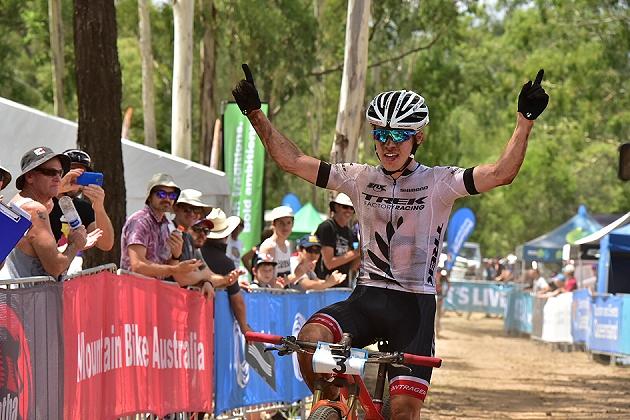 Anton Cooper a braccia alzate sul traguardo di Toowoomba, per il secondo anno Campione d'Oceania